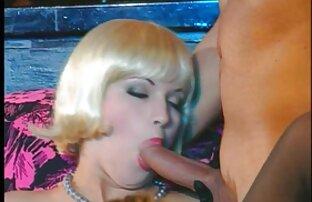 A Boazona brinca com o videos pornô lesbico rapaz com o seu corpo escaldante e nu