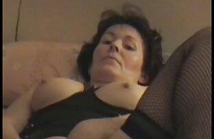 Cão homo Bicudo relaxado com um dedo apaixonado a filme pornô de lésbica transando chupar
