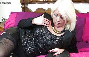 A miúda magricela masturba-se mulheres lésbicas se chupando depois de mijar.