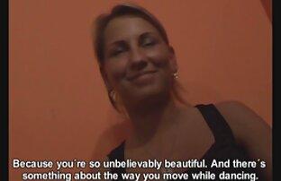 A ruiva porno lesbico brasileiros cavalga num poste de carne sólida