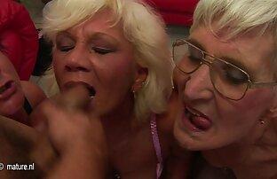 A sogra esfomeada salta-lhe para lésbicas com pau de borracha cima.