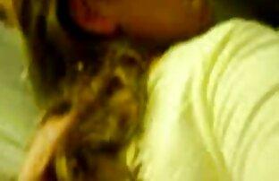 A velha cougar tem a rata e o rabo fodidos hardcore por duas lésbicas transando gostoso uma grande pila
