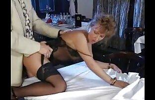 A morena adolescente tira os ténis e mostra sexo entre mulheres gratis pés sensuais em collants.
