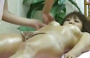 A vadia magricela video porno leabico asiática é fodida pelos rapazes.